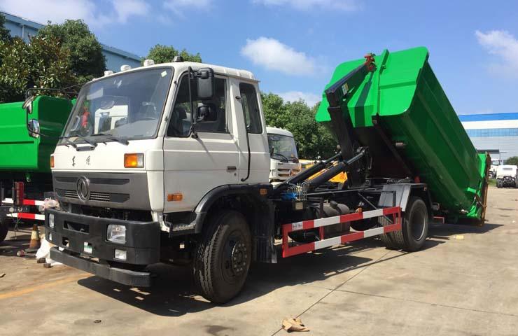 河南信阳的黄总来程力公司订制了一台东风153拉臂式垃圾车