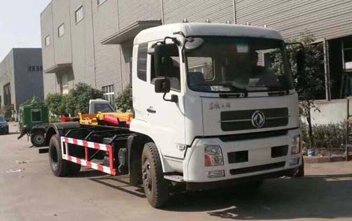 陕西西安的王总现场在我们公司提走一台东风天锦拉臂式垃圾车